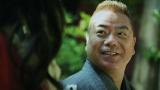プロポーズをする出川哲朗=『ゼクシィ』新CM場面カット