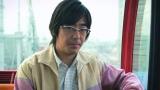 プロポーズをする豊本明長(東京03)=『ゼクシィ』新CM場面カット