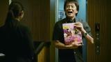 プロポーズをする堀内健(ネプチューン)=『ゼクシィ』新CM場面カット