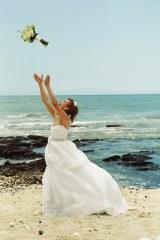 純白のウエディングドレスでブーケを投げる優木まおみ