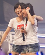 NMB48の新曲が過去最高売上でオリコンデイリー1位を獲得し喜ぶ山本彩、渡辺美優紀(写真左から)