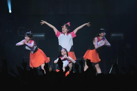 Perfumeとマキシマム ザ ホルモンのナヲ(後列中央)がそろいの衣装で異色共演
