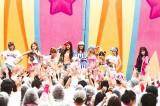 4000人のファンとフラッシュモブを成功させた少女時代(左からサニー、ジェシカ、スヨン、ユリ、ユナ、ヒョヨン、ソヒョン、テヨン、ティファニー)