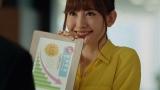 【WONDA】金の微糖「回転」編メインカット(写真は小嶋陽菜)