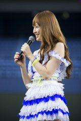 京セラドーム大阪で行われた握手会イベントに参加した小嶋陽菜(C)AKS