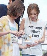 取り分けをする(左から)戸田恵梨香と香里奈=月9ドラマ『SUMMER NUDE』記者発表会 (C)ORICON NewS inc.