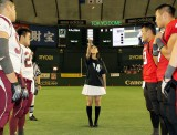 父親が現役アメフト選手の斎藤ちはるが試合前のコイントスを行った