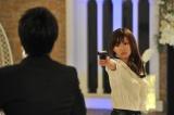 BeeTV『危険なカンケイ』ある時は拳銃を突きつける女スパイ(C)BeeTV