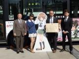観光庁長官を表敬訪問した『ガールズ&パンツァー』の渕上舞(左から2人目)と西住みほ(立看板)