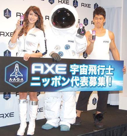 『AXE 宇宙飛行士選抜キャンペーン』発表会イベントに出席した(左から)リア・ディゾンと武井壮 (C)ORICON NewS inc.