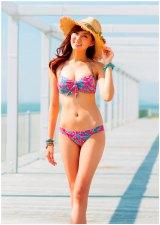 今年の水着トレンドは「ネオンカラー」「バンドゥビキニ」(写真提供:東レ/モデル:2013年東レ水着キャンペーンガールの岩崎名美)