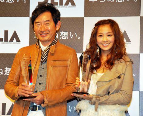今年の『ベストレザーニスト』に選ばれたタレントの石田純一(左)と優香 (C)ORICON DD inc.
