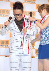 たすきが外れて焦る宮川大輔(左)と菊地亜美 (C)ORICON NewS inc.