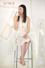 純白のドレスで登場した小雪