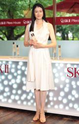 純白のドレスで登場した小雪=スキンケアブランド『SK−II ピテラハウス』オープン記念イベント