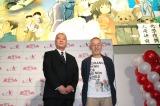 ジブリ作品が描かれた巨大壁画にご満悦の鈴木俊夫プロデューサー(向かって右)