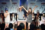 峯岸みなみ(左)は「第4回じゃんけん大会」のAKB48研究生予備戦2回戦で湯本亜美に敗退(C)AKS