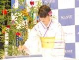 書き初めをする橋本愛=コンタクトレンズ『アキュビュー』夏の応援イベント (C)ORICON NewS inc.