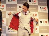 洋服好きな荒木は、ネクタイやジャケットの裏地、シャツのボタンなどに赤のさし色をチョイス(C)De-View
