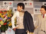 英国式スーツに合わせて、プライベートで革靴を新調したと語った鈴木(C)De-View