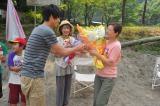 福士蒼汰から花束を受け取り握手を交わす広末涼子(C)関西テレビ