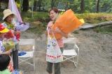 子どもたちからのプレゼントが入ったエコバッグを受け取り感激する広末涼子(C)関西テレビ