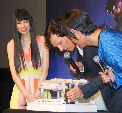 サプライズのケーキが登場!(左から)栗山千明とベネディクト・カンバーバッチ、田中直紀 (C)ORICON NewS inc.