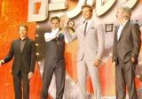 アーミーの手で?手を振るお茶目なジョニー・デップ(左から2番目)、(他左から)ジェリー・ブラッカイマー、アーミー・ハマー、ゴア・ヴァービンスキー監督 (C)ORICON NewS inc.