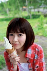 北海道の大自然の中でソフトクリームを堪能=島崎遥香ファースト写真集『ぱるる、困る』