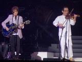 (左から)ゲストの坂崎幸之助、さだまさし=さだまさし日本武道館コンサート (C)ORICON NewS inc.