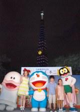 東京タワーがドラえもん色に点灯!(左から)千秋、鈴木福、鈴木夢 (C)ORICON NewS inc.