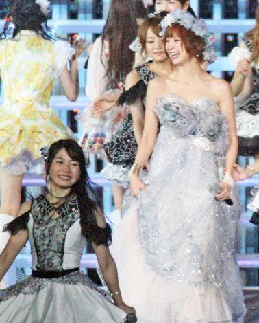 横山由依さんのカクテルドレス姿