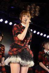 制服ともお別れ?AKB48劇場でグループから卒業した篠田麻里子(C)AKS
