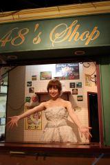 原点の劇場入口向かい側のカフェでお見送りのハイタッチを行った(C)AKS