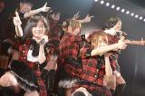 仲間と一緒に笑顔でパフォーマンス=東京・秋葉原のAKB48劇場の公演の模様(C)AKS