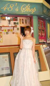 すべてはここから始まった… 原点であるカフェ前でポーズをとる篠田麻里子 (C)ORICON NewS inc.