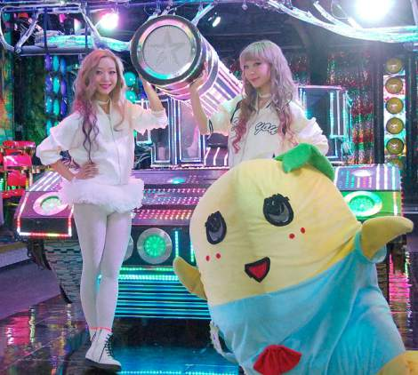 (左から)AMIAYAのAYAとAMI、ふなっしー=AMIAYAニューシングル「マジックカラー」発売記念イベント (C)ORICON NewS inc. 撮影協力:ロボットレストラン