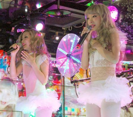 ニューシングル「マジックカラー」発売記念イベントに登場したAMIAYA(左から)AYAとAMI (C)ORICON NewS inc. 撮影協力:ロボットレストラン
