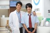 7月25日放送の『DOCTORS 2 最強の名医』第3話に出演する中川大志(右)。主演俳優・沢村一樹との共演を喜ぶ理由は…(C)テレビ朝日