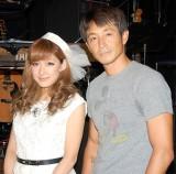 デュエット曲「今を抱きしめて」を披露した(左から)jyA-Meと吉田栄作 (C)ORICON NewS inc.