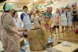 ヨモギもちを作る=TBS系ドキュメンタリー『北海道まるごといただきま〜す!わんぱく保育園の食育日記』7月27日放送(C)HBC