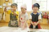 きょうのおやつはヨモギモチ=TBS系ドキュメンタリー『北海道まるごといただきま〜す!わんぱく保育園の食育日記』7月27日放送(C)HBC