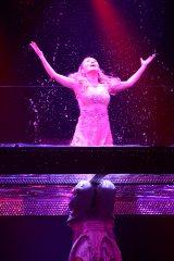 水を浴びてびしょ濡れになりながらも歌う浜崎あゆみ
