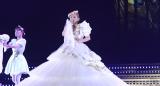 ウエディングドレス姿で歌う浜崎あゆみ