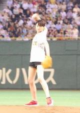 真剣な眼差しの榮倉奈々=『サントリー ドリームマッチ 2013』始球式 (C)ORICON NewS inc.