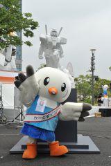 ガンダムの大理石像『REIMEI white dawn』お披露目イベントにゆりーとも登場 (C)創通・サンライズ