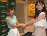 ファン一人ひとりとしっかり握手。フレンドリーな雰囲気のイベントとなった。(C)De-View