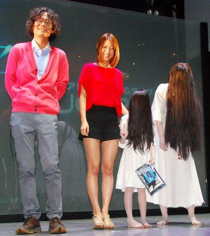 映画『貞子3D 2』完成イベントに出席した(左から)英勉監督、瀧本美織、子貞子、貞子 (C)ORICON NewS inc.