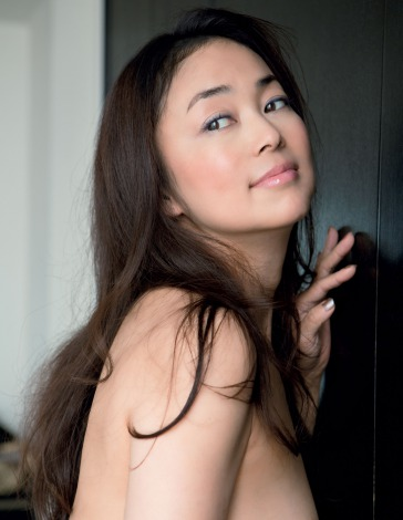 サムネイル ヌード写真集を発売する中島知子