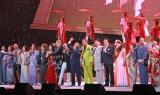 北島三郎(中央)ら所属歌手35人が日本クラウン創立50周年ライブを彩った